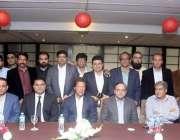 لاہور: چیئرمین پاکستان تحریک انصاف عمران خان کے ہمراہ لاہور پریس کلب ..