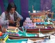 اسلام آباد: لوک ورثہ میں منعقدہ لوک میلہ2018کے موقع پر ایک آرٹس اپنی مہارت ..