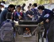 اسلام آباد: وفاقی دارالحکومت میں سکول سے چھٹی کے بعد بچے بھنے ہوئے چنے ..
