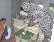 لاہور: عام انتخابات 2018  کے موقع پر ایک خاتون ووٹر اپنا ووٹ کاسٹ کر رہی ..