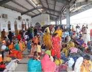 حیدر آباد: زائرین کی بڑی تعداد ریلوے اسٹیشن پر سیہون میں جاری حضرت لال ..