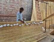 لاہور: مزدور روایتی انداز سے چکھ بنا رہا ہے۔