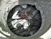 ملتان: پی ٹی سی ایل کا اہلکار تاروں کی مرمت کرنے میں مصروف ہے۔
