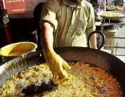 اسلام آباد: وفاقی دارالحکومت میں دکاندار فروخت کے لیے پکوڑے بنا رہا ..