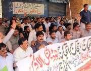 لاہور: فین روڈ پر ایپکا ملازمین اپنے مطالبات کے حق میں احتجاج کے دوران ..