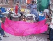 لاہور: اندرون شہر میں کاریگر دوپٹہ رنگنے کے بعد سوکھا رہے ہیں۔