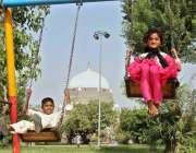 ملتان: مقامی پارک میں بچے جھولوں سے لطف اندوز ہو رہے ہیں۔