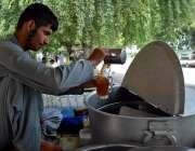 اسلام آباد: وفاقی دارالحکومت میں ریڑھی بان شکر کا شربت فروخت کر رہا ..