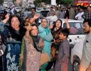 راولپنڈی: مسلم لیگی خواتین کارکن عدالتی فیصلے کے خلاف مری روڈ پر احتجاج ..