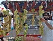 ملتان: ریڑھی بان گاہکوں کو متوجہ کرنے کے لیے انگور سجا رہا ہے۔