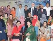 لاہور: پنجاب یونیورسٹی لائبریری کے زیراہتمام منعقدہ ورکشاپ کے بعد ..