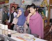لاہور: مقامی ہوٹل میں منعقدہ حلال کانفرنس و نمائش میں لڑکیاں ایک سٹال ..
