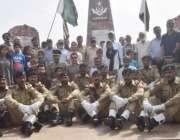 لاہور: یوم دفاع پاکستان کے موقع پر پاک فوج کے جوانوں کا یادگار شہداء ..