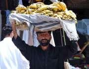 پشاور: محنت کش پھیری لگا کر کیلے فروخت کر رہا ہے۔