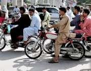 راولپنڈی: ٹریفک پولیس کی نا اہلی، ہیلمٹ پر سخت پابندی کے باوجود شہری ..