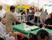 لاہور: شادمان سستا رمضان بازار میں خواتین چینی خرید رہی ہیں۔