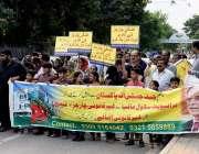 راولپنڈی: بچوں کے والدین پریس کلب کے باہر پرائیویٹ سکول مافیا کے خلاف ..