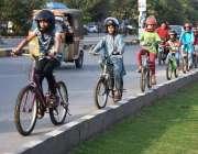 لاہور: سائیکل سوار بچوں نے ہیلمٹ پہن رکھے ہیں۔