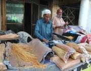 راولپنڈی: معمر محنت کش فروخت کے لیے سویاں پیک کر رہے ہیں۔