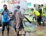 فیصل آباد: شہری گرمی کی شدت کم کرنے کے لیے منہ پر پانی کے چھینٹے مار ..