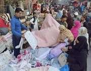 لاہور: خواتین لنڈا بازار سے چادریں خرید رہی ہیں۔