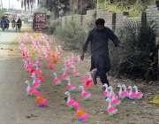 فیصل آباد: ایک دکاندار نے سڑک کنارے گاہکوں کو متوجہ کرنے کے لیے کھلونے ..