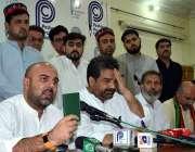 پشاور:PK-73سے امیدوار تیمور کمال پریس کانفرنس سے خطاب کر رہے ہیں۔