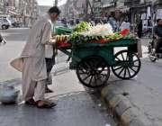 راولپنڈی: راجہ بازار روڈ بند ہونے کے باعث ایک محنت کش اپنی ریڑھی کو ..