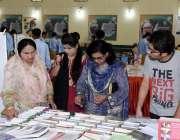 راولپنڈی:لارنس کالج مری میں لگائے گئے ایک بک سٹال پر شہری دلچسپی کا ..