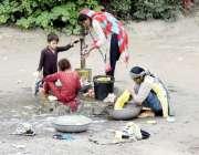 لاہور: دریائے راوی کے کنارے خانہ بدوش خواتین کپڑے دھو رہی ہیں۔