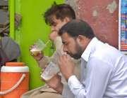راولپنڈی: بلدتے موسم کے ساتھ ہی شہری گرمی کی شدت کم کرنے کے لیے گنے کا ..
