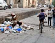 راولپنڈی: کرتار پورہ میں کچرا نہ اٹھائے جانے کے باعث گلی میں پھیلا ہوا ..