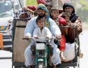راولپنڈی: خانہ بدوش فیملی چنگچی رکشے پر بیٹھی اپنی منزل کی طرف رواں ..