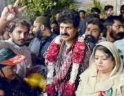 حیدر آباد: پیپلز پارٹی کے کامیاب ہونے والے کارکن سندھ اسمبلی عبدالجبار ..