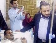 لاہور: صوبائی وزیر صحت خواجہ عمران نذیر تحصیل ہسپتال گوجرہ کے اچانک ..