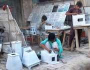 ملتان: محنت کش ماربل کی مختلف اشیاء بنانے میں مصروف ہیں۔