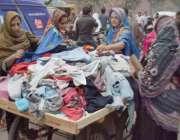 لاہور: موسم گرما کی آمد پر خواتین لنڈا بازار سے بچوں کے لیے گرم ملبوسات ..