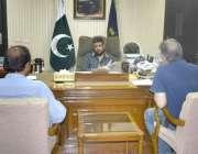 لاہور: ڈی جی نیب لاہور شہزاد سلیم اپنے دفتر میں کھلی کچہری کے دوران ..