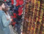 لاہور: ایک نوجوان عینک خریدنے کے لیے پسند کر رہا ہے۔