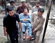 لاہور: تحریک انصاف کے رہنما ملک توقیر عباس کھوکھر وہیل چیئرپر حلقہ ..