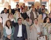 لاہور: پنجاب اسمبلی کے احاطہ میں اپوزیشن ارکان میاں محمود الرشید کی ..