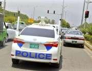 اسلام آباد: وفاقی دارالحکومت میں پولیس اہلکار گاڑی پر گشت کر رہے ہیں۔