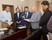 لاہور: گورنر پنجاب چوہدری محمد سرور اوورسیز پاکستانیز کمیشن آفس میں ..