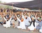 لاہور: تحریک لبیک کے زیر اہتمام داتا دربار کے باہر دھرنے میں کارکن نعرے ..