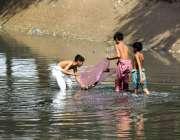 ملتان: بچے نوبہار نہر سے مچھلیاں پکڑ رہے ہیں۔