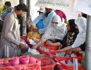 سیالکوٹ: خواتین سستا رمضان بازار سے خریداری کر رہی ہیں۔