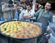 لاہور: ایک شخص لڈو تیار کررہا ہے۔