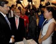 راولپنڈی: وزیر تجارت پرویز ملک راول ایکسپو کا افتتاح کرنے کے بعد سٹال ..