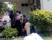 اٹک: خواتین پریزائیڈنگ افسران پولنگ کا سامان لینے کے لیے انتظار کررہی ..