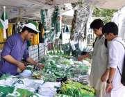 اسلام آباد: شہری سڑک کنارے لگے سٹال سے یوم آزادی کے حوالے سے مختلف اشیاء ..